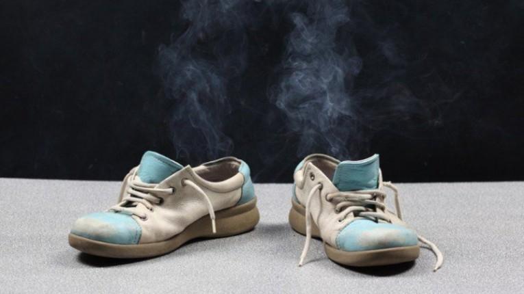 Cara menghapus bau sepatu di rumah