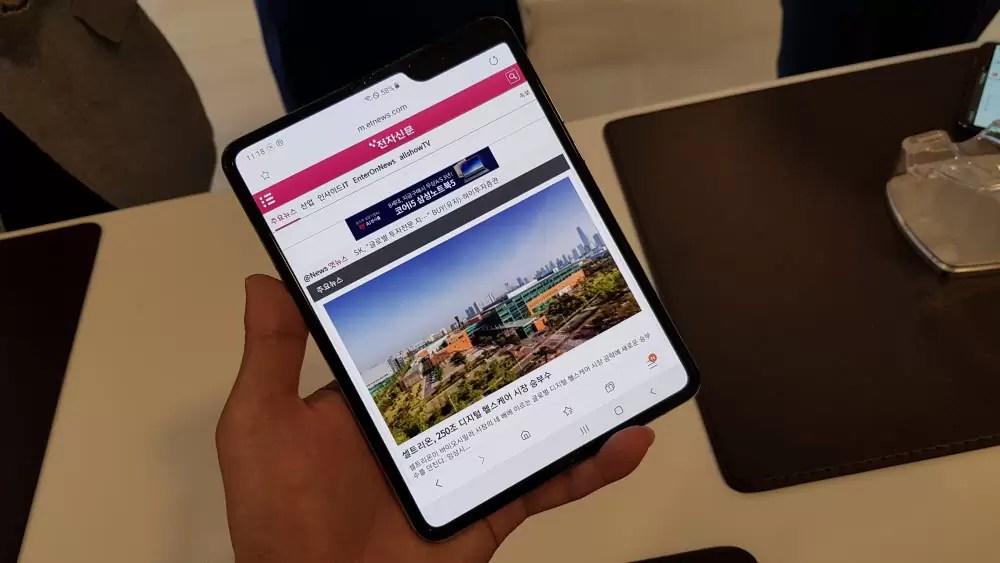 Samsung Galaxy Z Fold 3 com uma câmera na parte inferior da tela