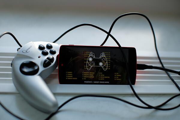 Tilslutning af gamepad til smartphone gennem OTG
