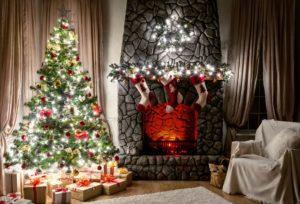 크리스마스 트리 garlands와 큰 회색 벽난로입니다