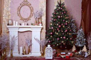 장난감 및 벽난로와 크리스마스 트리입니다