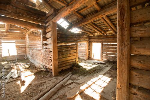 Altes, verfallenes Bauernhaus von innen, Lichteinfall – kaufen Sie
