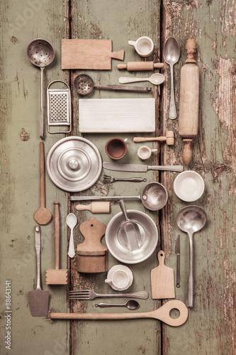 Alte antike Küchen Dekoration auf Holz Hintergrund im vintage look