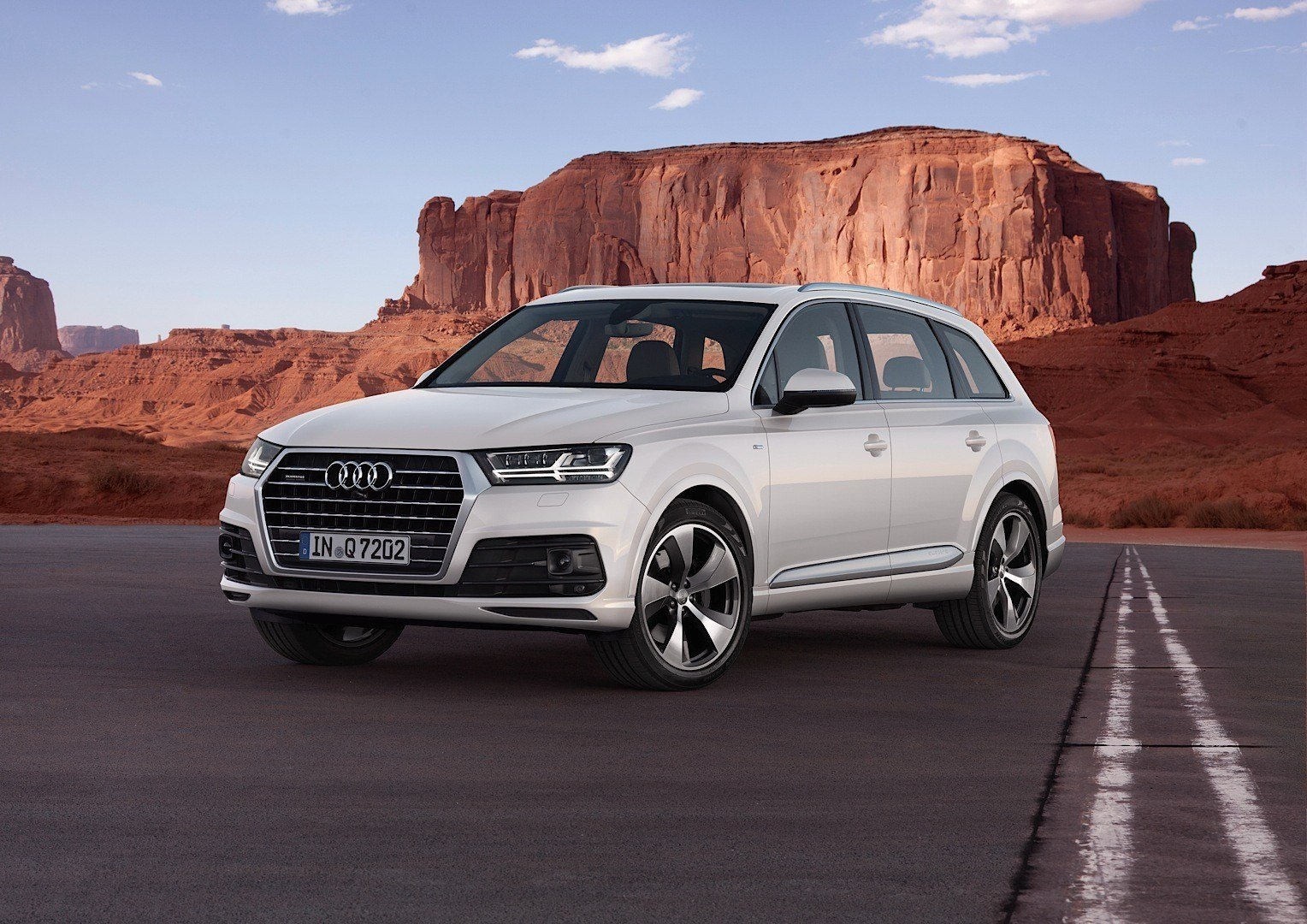 Latest Audi Shows 2015 Q7 In New Tofana White Color Reveals Free Download