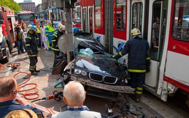 Latest Bmw 3 Series Touring Crash Between Tram And Traffic Pole Free Download