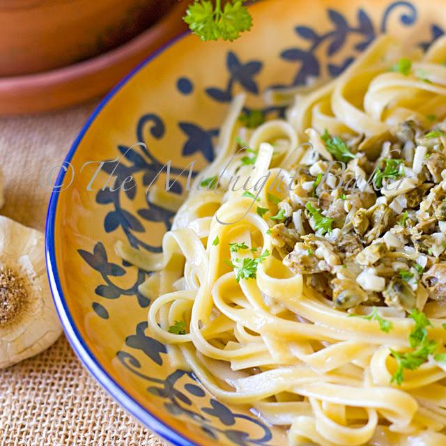 Linguine with White Clam Sauce | bakeatmidnite.com | #pasta #whiteclamsauce