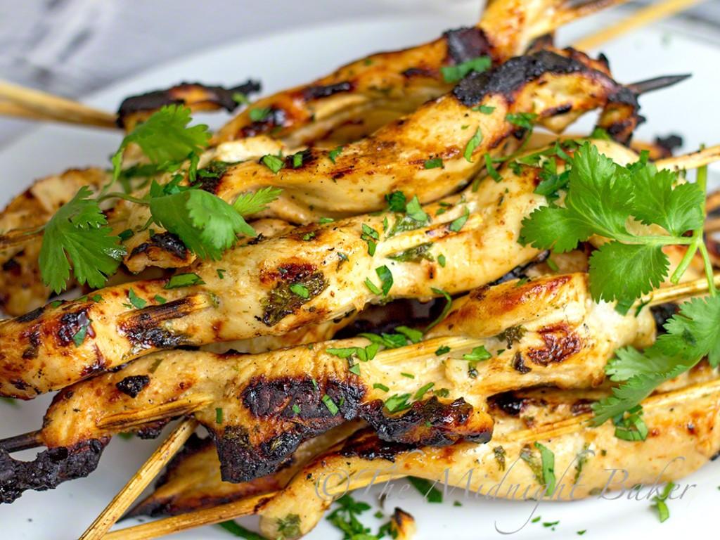 Garlic Sriracha Chicken Satays #ChickenSatays #SrirachaChicken #FoodOnAStick