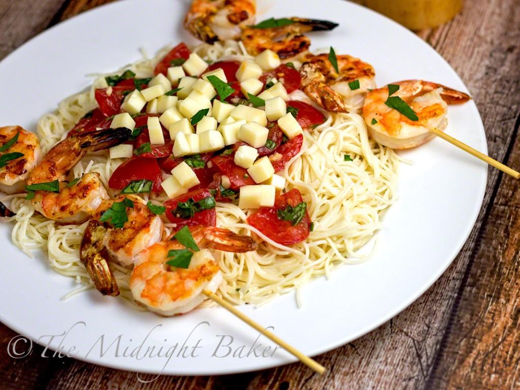 Shrimp Caprese Pasta   bakeatmidnite.com   #caprese #pasta #alfredosauce