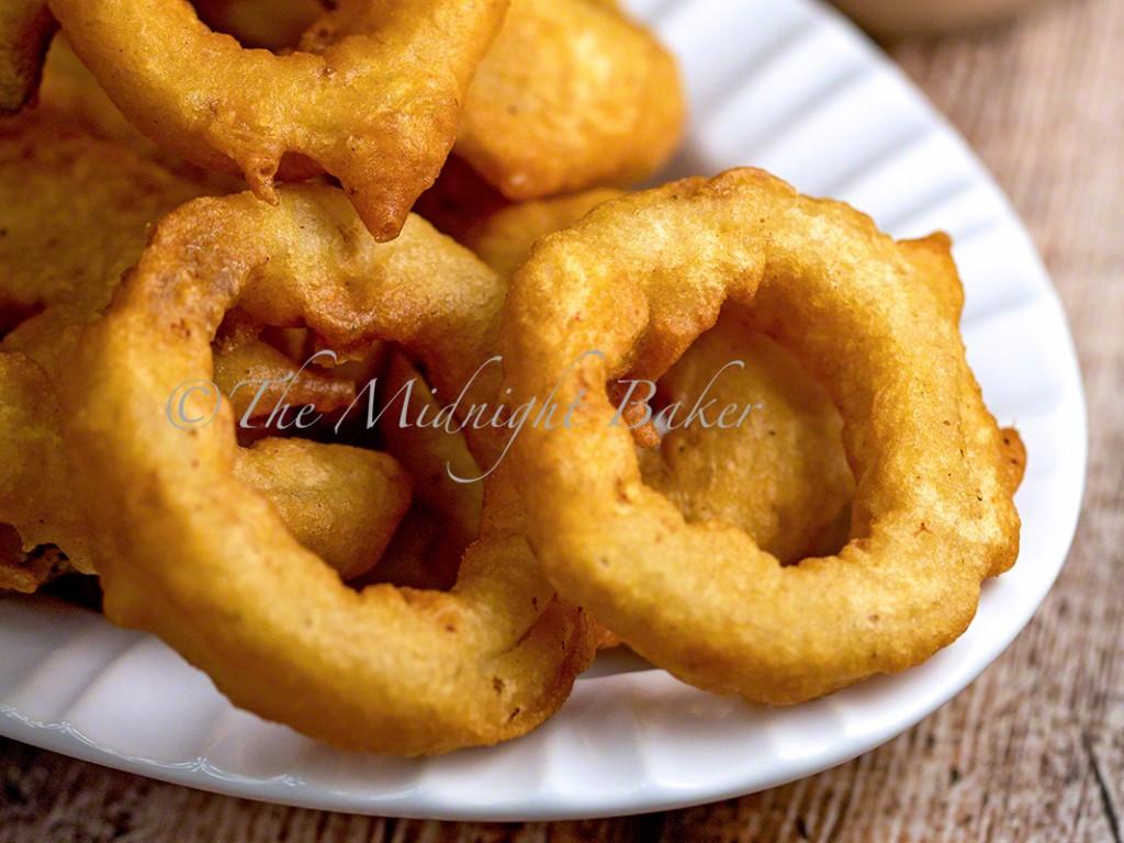 Beer Batter Onion Rings | bakeatmidnite.com | #sidedishes #onionrings