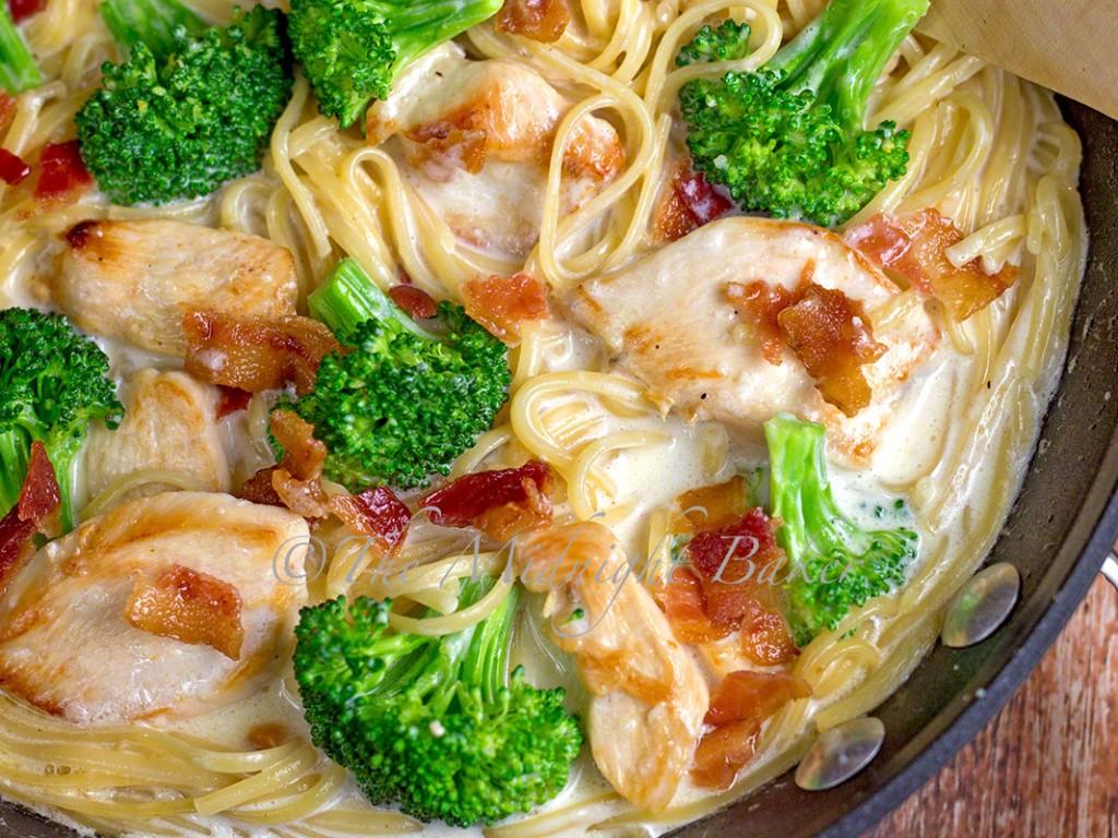 Chicken Broccoli Alfredo   bakeatmidnite.com   #barillapronto #onepotpasta #pmedia #ad