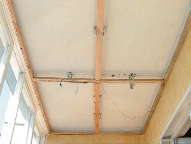 Fixarea barelor transversale la plafon