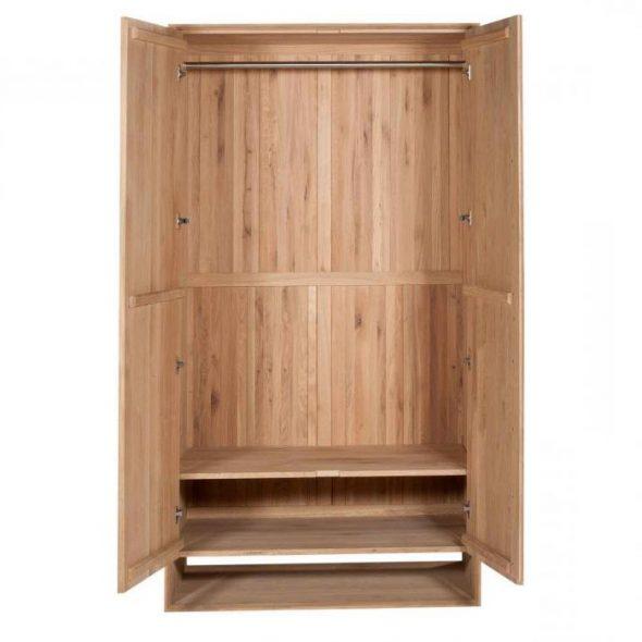 Muebles hechos de madera bajo el pedido.