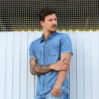 5 looks masculinos com camisa jeans