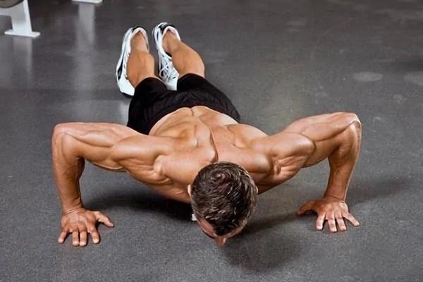 push-ups på triceps med bredt hånd sæt