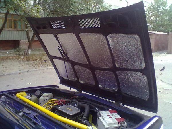 Vibration isolation of the hood