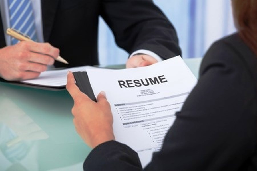 Seven Tips for a Great R    sum       Mihaylo News Two businesspeople discuss a resume during a professional interview