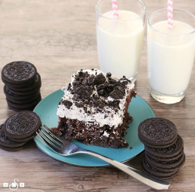 Cookies & Cream Poke Cake is not only super easy to make, but everyone devours this chocolate cake + Cookies & Cream pudding + Oreos combination so quickly!