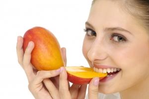 Donna che mangia mango