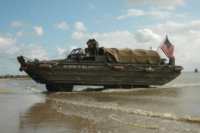 Vlieland - landing DUKW amfibievoertuig | Met deze DUKW is ...
