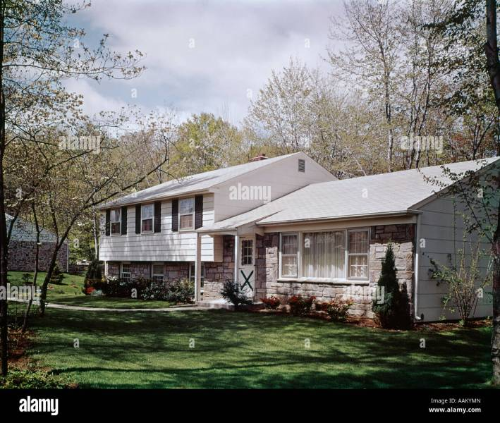 1960s SPRING SCENE SPLIT LEVEL RANCH SUBURBAN HOUSE HOME Stock Photo     1960s SPRING SCENE SPLIT LEVEL RANCH SUBURBAN HOUSE HOME