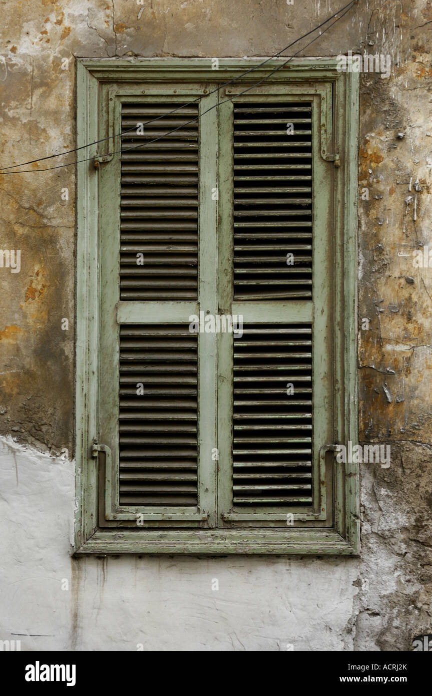 Alte Fensterläden shabby Holzfenster Stockfoto, Bild: 13218042 - Alamy