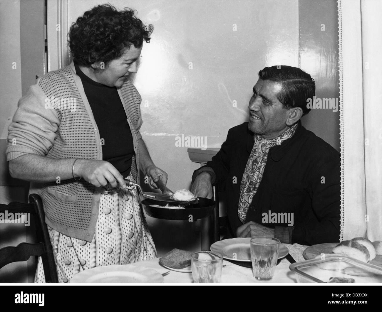 Haushalt Kochen und Backen mit Küche zu ihrem Ehemann 1956 der 1950er Jahre 50er Jahre des 20