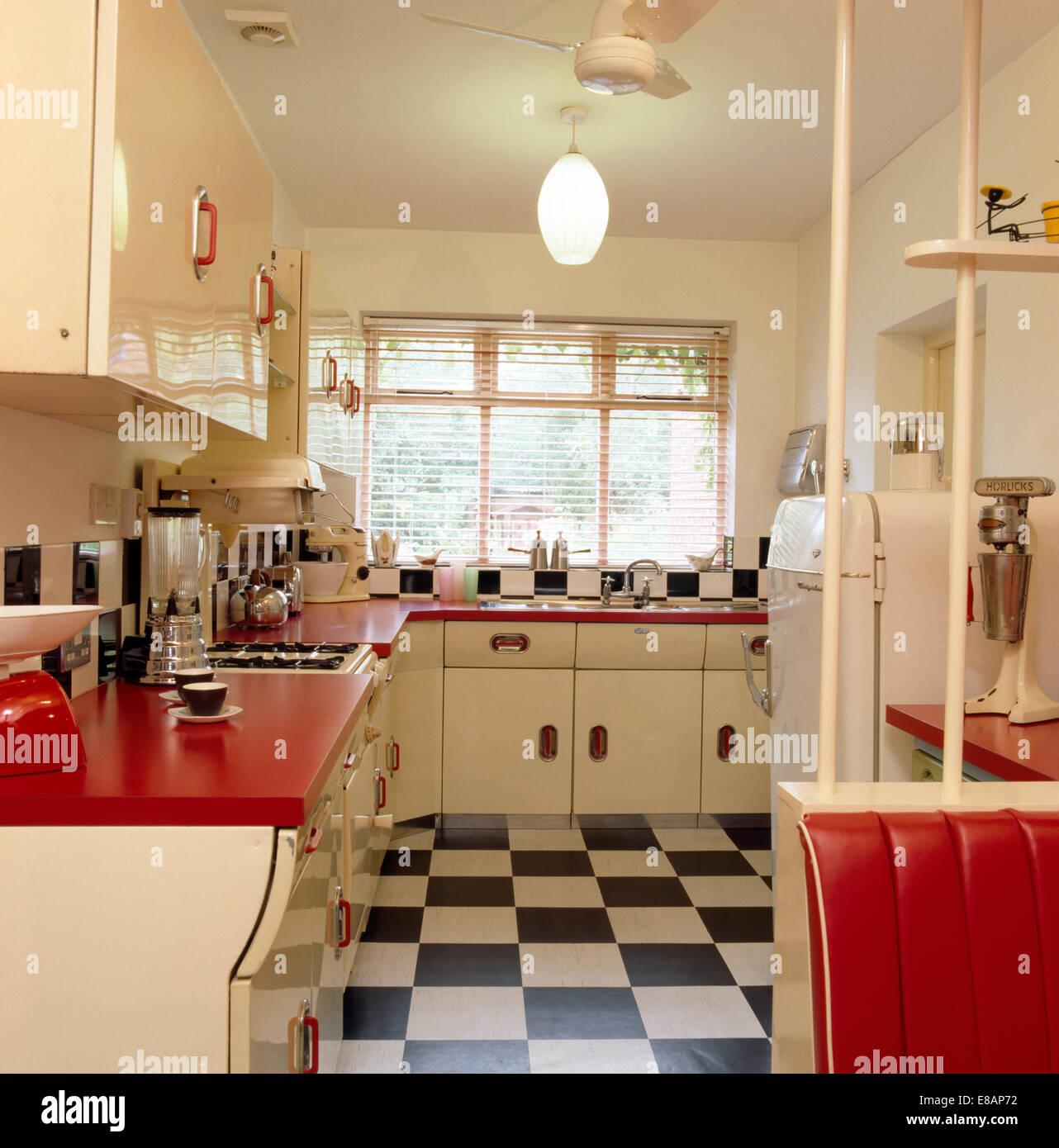 Schwarz + weiß gefliesten Vinylboden 50er Jahre Küche mit roten Arbeitsplatten auf weißen