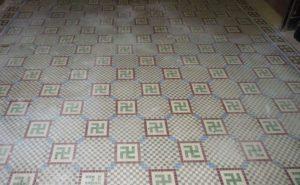 O piso no chão do edifício no Rio de Janeiro possui azulejos com a suástica - Foto: Divulgação