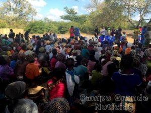 Adultos e crianças acompanham com grande expectativa a cerimônia de inauguração. – Foto: Divulgação