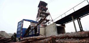 Polícia chinesa utiliza troncos de madeira como apoio para montar um túnel que possa levar aos mineiros soterrados – Foto: Guo Xulei/Xinhua