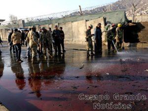 Forças de segurança e policiais inspecionam região em Cabul, no Afeganistão, logo após o atentado que deixou mortos e feridos nesta segunda-feira (01/02) – Foto: Rahmat Gul/AP