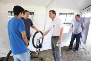 Estudantes receberam a visita do reitor Luiz Staszczak na exposição do CMO Foto Campus Campo Grande