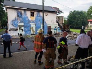 Bombeiros e policiais vigiam casa que desmoronou parcialmente nesta quinta-feira (04/08) em Nova Orleans (EUA), atingida por um temporal – Foto: Max Becherer/AP