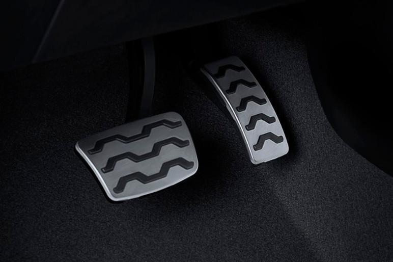 Pedaleiras são de alumínio no modelo (Foto: Divulgação)