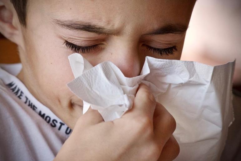 É necessário cobrir a boca e o nariz na hora de tossir ou respirar (Foto: Divulgação)