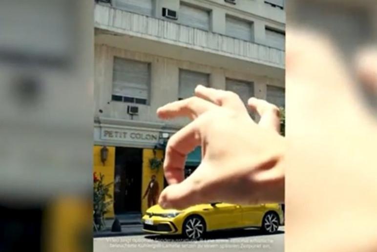 Comercial mostra uma mão branca empurrando um negro para fora do cenário (Foto: Reprodução)