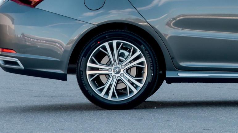 Por que em alguns carros a pinça de freio fica posicionada acima do disco? (Foto: Divulgação)
