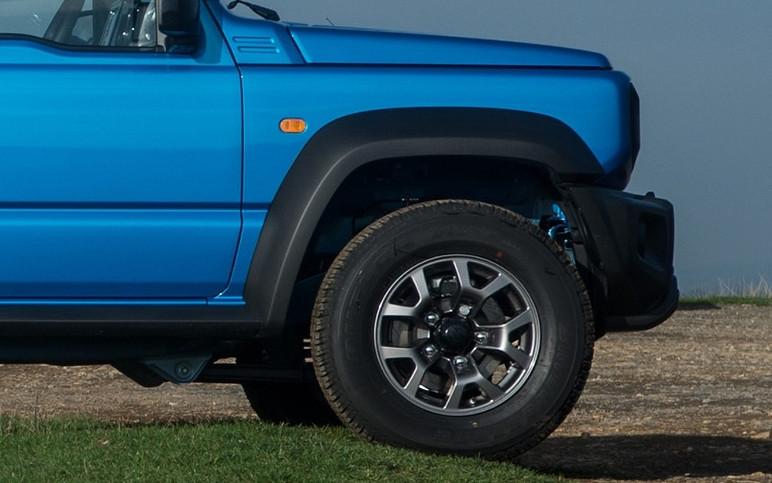 A pinça superior do Jimny fica mais distante de obstáculos em trilhas off-road pesadas (Foto: Divulgação)