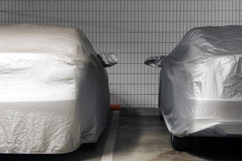 Carro estacionado na garagem com capa protetora