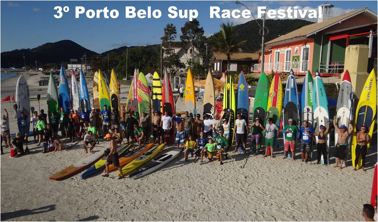 Pranchas de Stand Up Paddle colorem a baía de Porto Belo