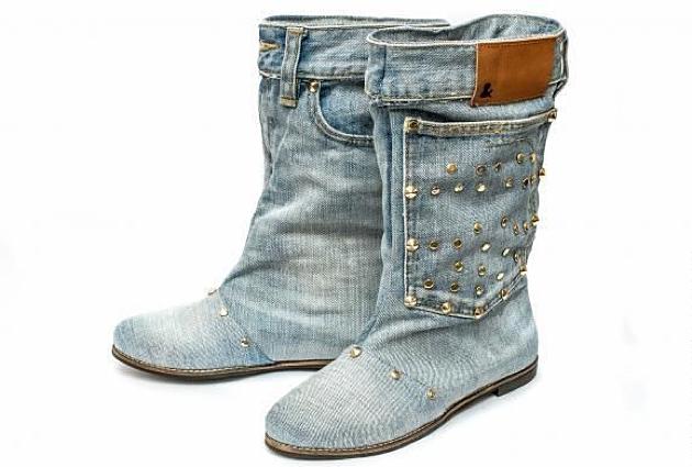 Sepatu jins tua