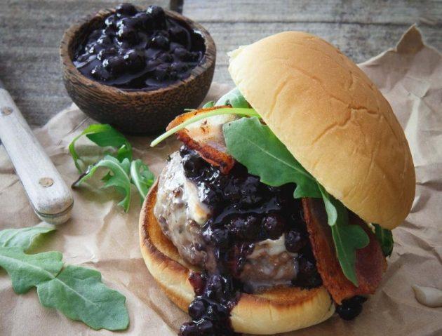 Hamburger met varkensvlees en mango