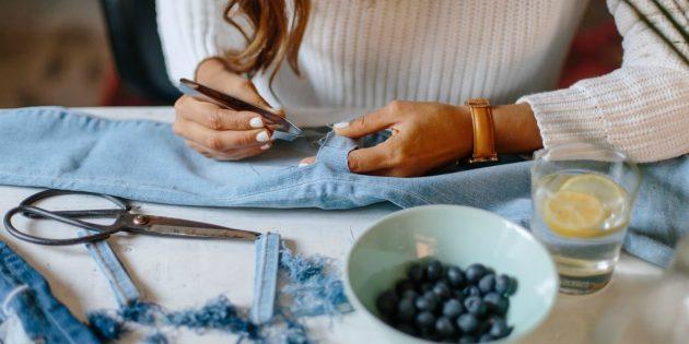Hur man gör rippade jeans: Dra den vertikala tråden