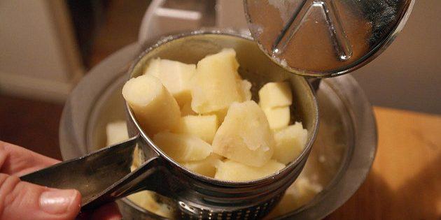 으깬 감자를 요리하는 방법 : 감자를 위해 누르십시오