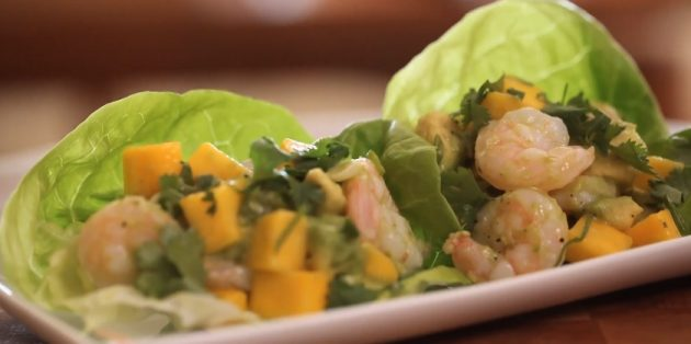 Insalata con mango, avocado e gamberetti