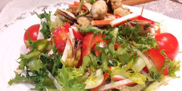 Salat med krabbe spisepinde, kål, peber og æble