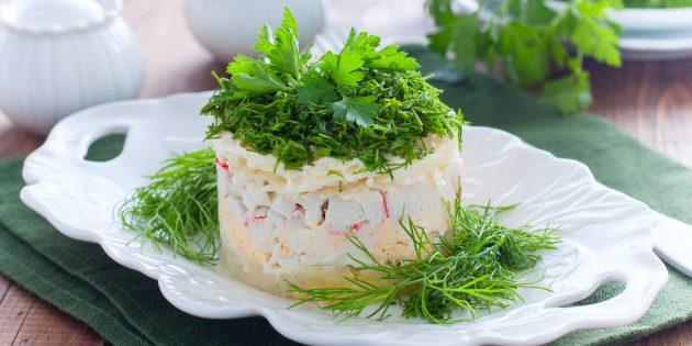 Salat med krabbe spisepinde marinerede og friske agurker, majs og æg