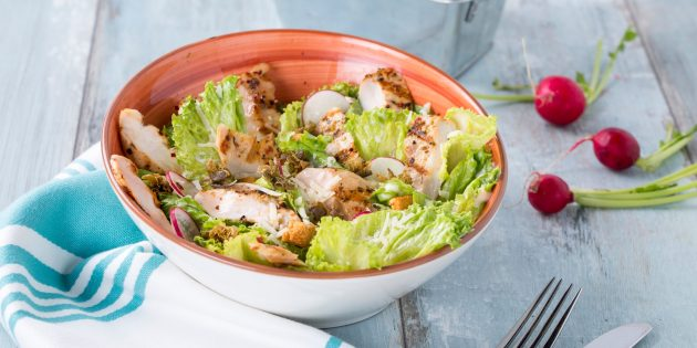 Цезарь с курицей, огурцом и редисом по рецепту Джейми Оливера