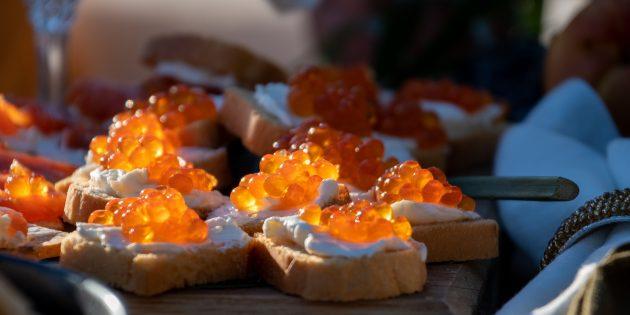 Hur man betar rosa laxkaviar med olja
