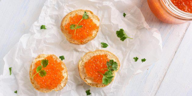 Hur man betar rosa laxkaviar utan vatten